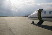 Приватний літак порожній злітно-посадочної смуги — стокове фото