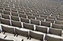 Filas de asientos vacíos en estadio del deporte - foto de stock