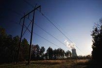 Pilão de cabos de energia na paisagem rural — Fotografia de Stock