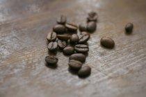 Купу кавових зерен на дерев'яні лавки — стокове фото