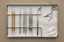 Лоток с различными стоматологическое оборудование и посуда — стоковое фото