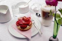 Кофе и Клубничный пирог на столе — стоковое фото