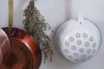 Зображення Кухонне начиння, висить від стіни обрізаний — стокове фото