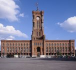 Extérieur de l'hôtel de ville avec ciel nuageux, Berlin, Allemagne — Photo de stock