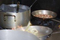 Marmites et casseroles de cuisson sur la cuisinière des aliments — Photo de stock