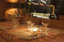 Ort Einstellungen mit brennenden Kerzen im Restaurant — Stockfoto