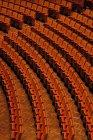 Cuadro completo de asientos vacíos en el teatro - foto de stock