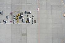Vista aérea de carga camionetas de escaleras en pista en el aeropuerto - foto de stock