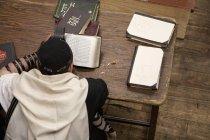 Над головою подання єврейський чоловік з тфілін читання релігійних Молитовник — стокове фото