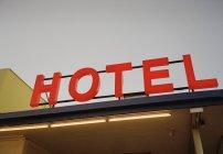 Beleuchtetes Hotelschild an Fassade — Stockfoto