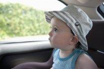 Kleiner Junge sitzt im Autositz — Stockfoto