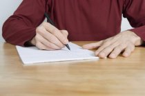 Закри людина писати в ноутбук бюро — стокове фото