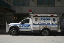 Seitenansicht des New York Police Department LKW — Stockfoto