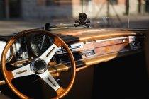 Volant et tableau de bord ensoleillé de voiture vintage — Photo de stock