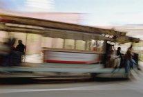 Затуманенное выстрел канатной на солнечной улице — стоковое фото