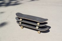 Tre skateboard impilati uno sopra l'altro — Foto stock