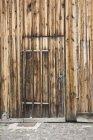 Holztür in Holzfassade des Gebäudes — Stockfoto