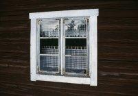 Janela branca na fachada do edifício de madeira — Fotografia de Stock
