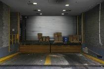 Vista interior da garagem com caixas empilhadas — Fotografia de Stock