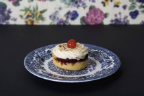 Vista ravvicinata della torta sul piatto in ceramica sul tavolo — Foto stock
