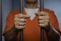 Міделю в'язень стоячи тюремній камері і проведення бари — стокове фото