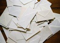 Непосредственно над представлением кучи конвертов — стоковое фото