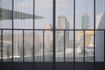 Reflexão no escritório construir nas fachadas de vidro — Fotografia de Stock