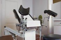 Пустой экзаменационный стул в кабинете гинеколога — стоковое фото