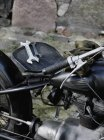 Oldtimer Motorrad mit zwei Schraubenschlüsseln auf Sitz — Stockfoto