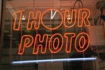 1 ore foto neon sign in finestra — Foto stock