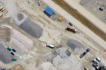 Luftaufnahme von LKW auf leere Baustelle — Stockfoto