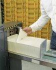 Recadrage des enveloppes au bureau de poste — Photo de stock