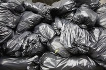 Colpo di telaio completo di pila di sacchi di immondizia nero — Foto stock
