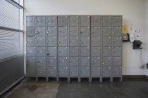Casiers au mur dans un bureau vide — Photo de stock