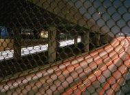 Длительный снимок движения по автостраде через решетку — стоковое фото