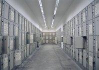 Vue intérieure de la salle pleine de casiers — Photo de stock