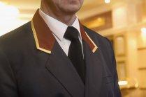 Bild des männlichen tragen Türhüter einheitliche beschnitten — Stockfoto