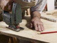Обрезание мужских рук с помощью головоломки — стоковое фото