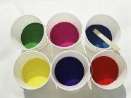 Vista de alto ângulo de baldes com várias cores de tinta — Fotografia de Stock
