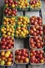 Вид ящиків різнокольорові помідори зверху — стокове фото