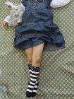 Низький розділ молодої дівчини, що лежить на малюнком аркуш withtoy — стокове фото