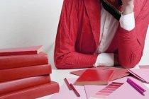 Meio de mulher, apoiando-se na mesa com materiais de desenho — Fotografia de Stock