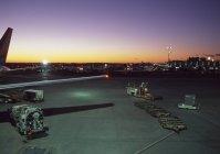 Aeroporto com vista ao entardecer do sol — Fotografia de Stock
