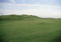 Paisaje idílico del campo de golf sobre cielo claro - foto de stock