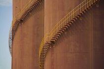 Particolare delle scale curva intorno grandi serbatoi — Foto stock