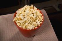 Крупним планом зору миска попкорну на сидіння — стокове фото