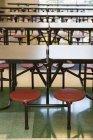 Reihen leerer Hocker und Tische in der Schulmensa — Stockfoto