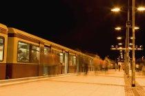 Longa exposição tiro de pessoas saindo do trem — Fotografia de Stock