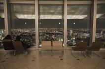 Interior da sala de observação com paisagem urbana na janela — Fotografia de Stock