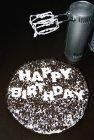 Міксером поруч із торт до дня народження на чорний столик — стокове фото